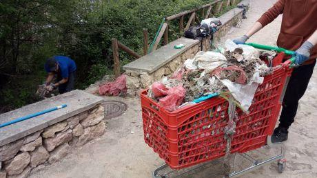 Limpian los residuos sanitarios aparecidos en el río Júcar