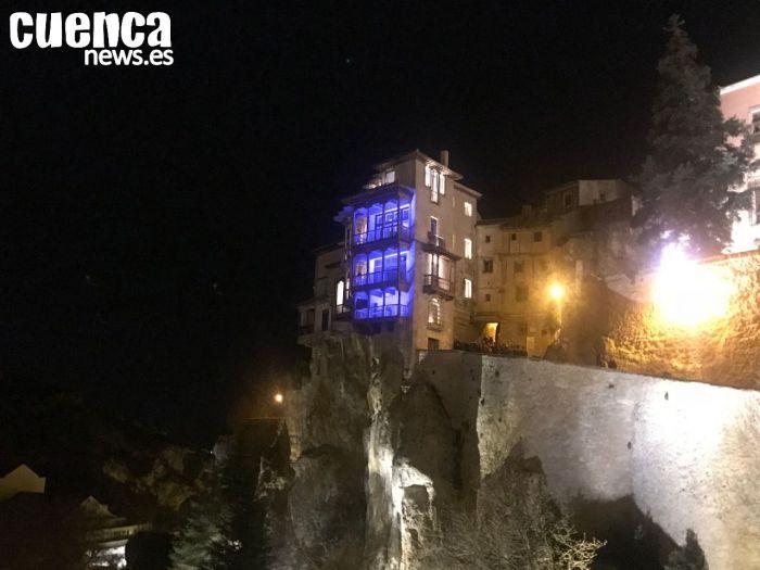 La capital conmemora el Día Mundial del Refugiado iluminando de azul las Casas Colgadas