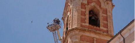 Los bomberos trabajan para retirar un ventanal desprendido de la torre de El Salvador