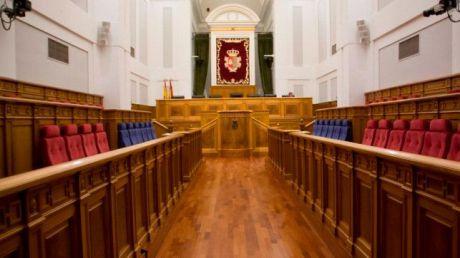 Las Cortes debaten eliminar la limitación de mandatos y recuperar los sueldos de los diputados