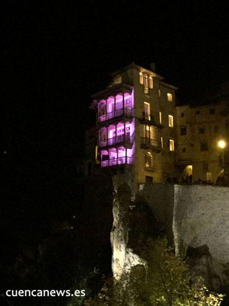 Las Casas Colgadas se iluminan de morado contra la violencia de género y las agresiones sexistas