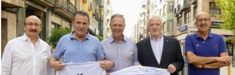 Caparros da a conocer la camiseta de la VIII Carrera Solidaria de Cruz Roja Cuenca