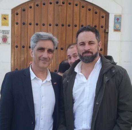 Iván Vélez, número uno de VOX al Congreso por Cuenca, junto al presidente nacional Santiago Abascal