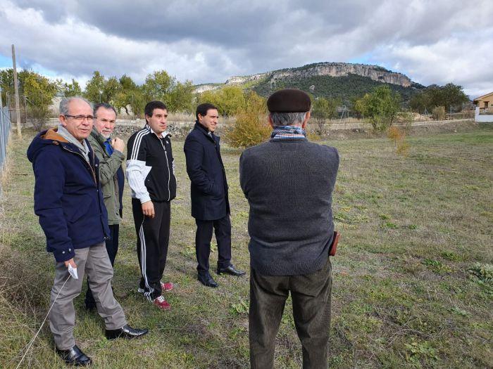 Martínez Chana visita los terrenos donde se ubicará el próximo parque de bomberos de Priego