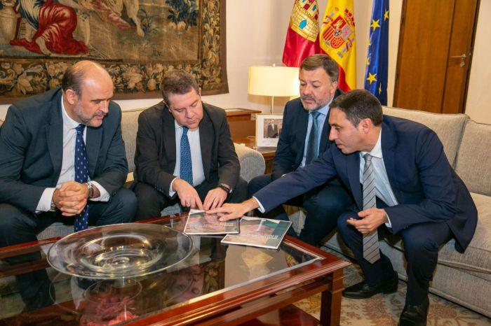 García-Page firma un convenio en materia de caminos y recibe el Proyecto de Singular Interés para el Parque Científico y Tecnológico de Economía Circular de Cuenca