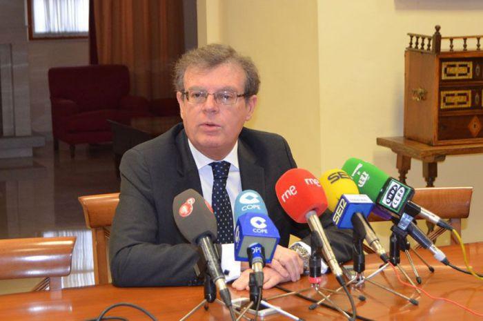 El rector de la UCLM afirma que anunciará su decisión a finales de marzo