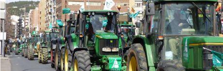 Unos 200 tractores y cientos de agricultores llenan el centro de Cuenca de reivindicaciones en favor de la agricultura y la ganadería