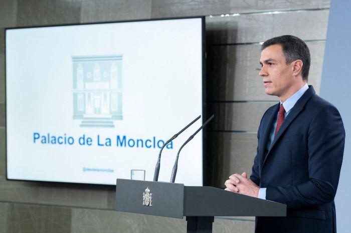 El presidente del Gobierno, Pedro Sánchez, durante la comparecencia en la que ha anunciado que el Consejo de Ministros se reunirá con carácter extraordinario para declarar el estado de alarma previsto en el artículo 116.2 de la Constitución