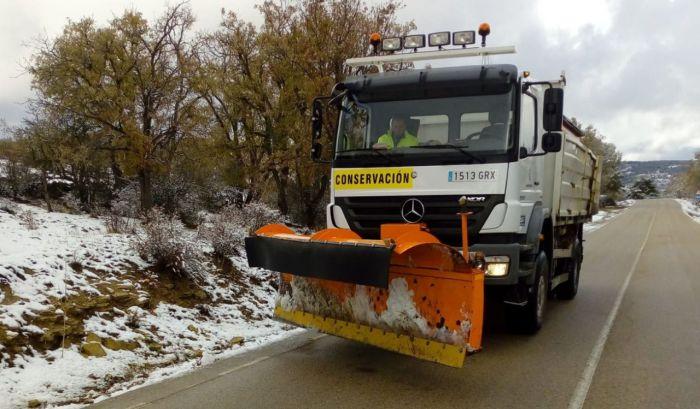 Se ponen a trabajar los cinco camiones quitanives de la Diputación y una máquina ante las precipitaciones de este lunes