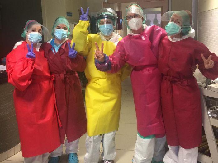 El hospital recibe más de 500 batas confeccionadas por voluntarias conquenses