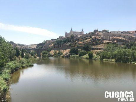 Toledo ilumina este lunes de rosa la Puerta de Alcántara, el Torreón de la Cava y el Ayuntamiento por el Día Mundial Contra el Cáncer de Mama