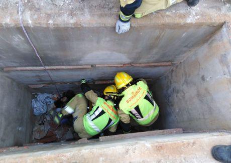 Los bomberos rescatan a una persona de una fosa del cementerio de Osa de la Vega