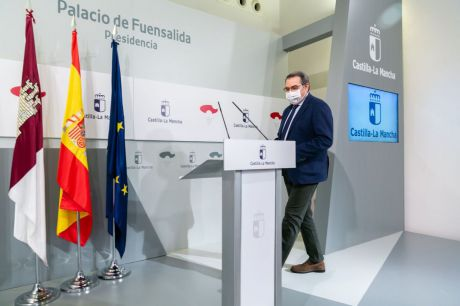 El consejero de Sanidad, Jesús Fernández Sanz, informa en rueda de prensa, en el Palacio de Fuensalida, sobre los acuerdos del Consejo de Gobierno relacionados con su departamento