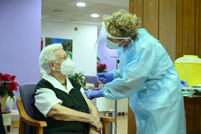 Araceli, de 96 años, la primera vacunada: 'A ver si el virus se va'