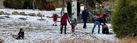 Mayores y pequeños disfrutan de la nieve en la capital