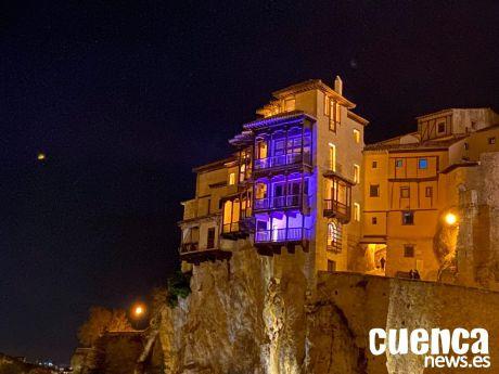 Las Casas Colgadas se iluminan esta noche de morado con motivo del Día Mundial de las Enfermedades Raras