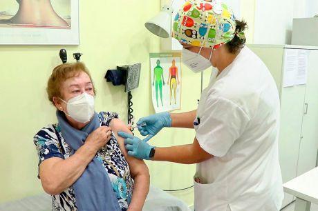 Castilla-La Mancha por encima de la media nacional en la vacunación contra el COVID-19 de personas mayores de 80 años