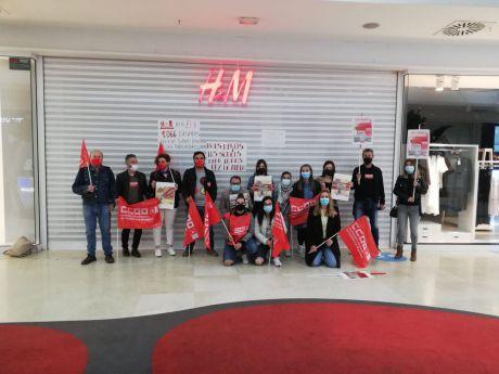 Sindicatos y empleados de H&M se concentran por el peligro de despidos en la tienda de Cuenca