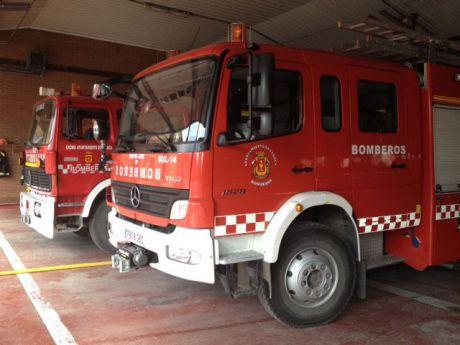 Una dotación de bomberos trabaja en sofocar el incendio de un camion en el mercado de abastos