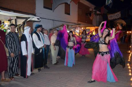 """Almedina recrea su primera noche """"mora"""" bajo la luz de 20.000 velas y con el zoco como escenario principal"""
