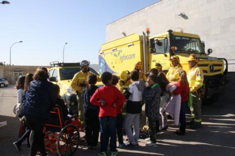 La Asociación Sonrisas despliega a las Fuerzas y Cuerpos de Seguridad en el Virgen de la Luz para acercar su labor a los más pequeños
