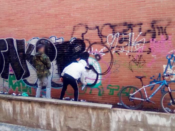 La Policía Local sorprende a dos personas realizando pintadas en una pared sin autorización