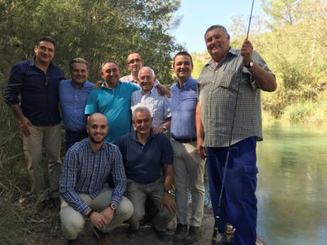El consejero de Agricultura muestra su apoyo a los pescadores que cuidan de nuestros ríos