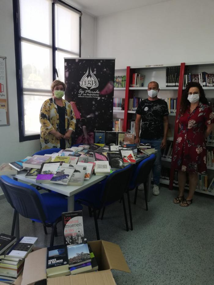 La IGP Ajo Morado de Las Pedroñeras dona un millar de libros a bibliotecas y entidades de su comarca dentro de la campaña 'Sin cultura no hay futuro'