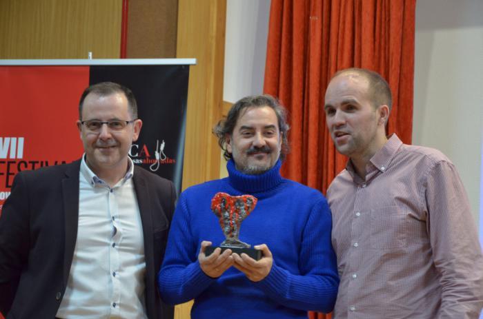 Carlos Augusto Casas recibe la estatuilla del Premio Tormo-Masfarné