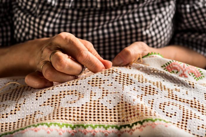 Firmas de moda, atraídas por los bordados artesanos de Castilla-La Mancha