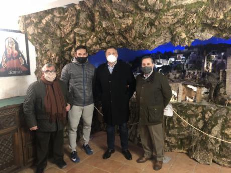 Dolz visita el Belén de la Hermandad de San Isidro Labrador (Vulgo de Arriba)