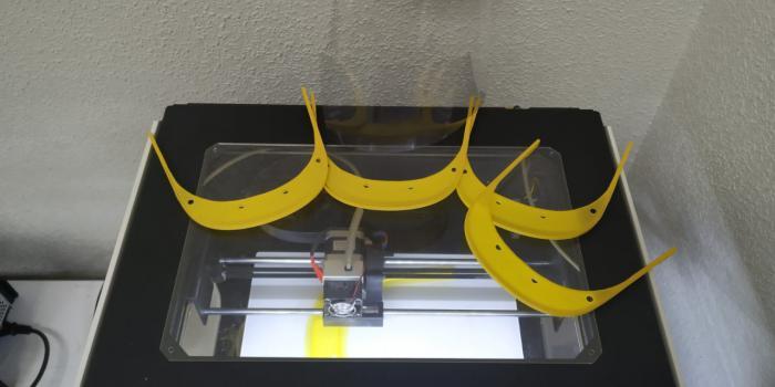 Un grupo del voluntarios y el Ayuntamiento moteño se suman a la fabricación de pantallas protectoras con impresoras 3D