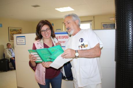 Los celadores del Virgen de la Luz editan una sencilla y divertida carpeta para hacer visible su trabajo y acercarse a los pacientes