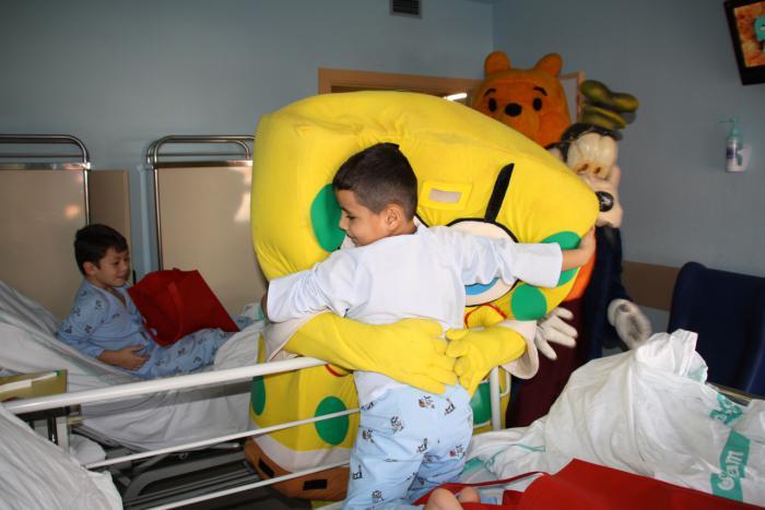 Los niños ingresados en Pediatría, protagonistas de la Navidad en el Hospital Virgen de la Luz