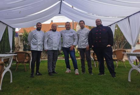 Más de cincuenta cocineros rinden homenaje a la Harina de Almortas en el libro ''Gachas Y Amigos''.