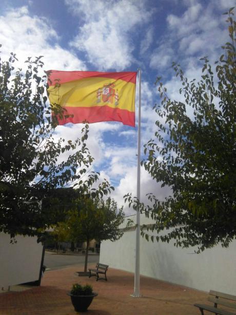 Casas de Haro rinde un emotivo homenaje a la Bandera de España y apoya la labor de los Cuerpos y Fuerzas de Seguridad del Estado