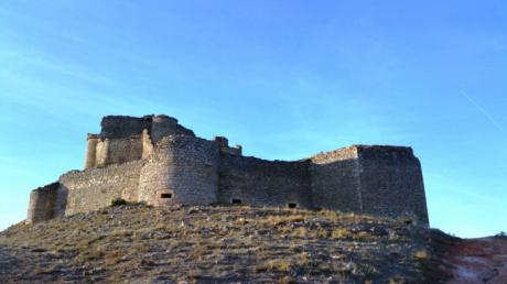 El PP de Puebla de Almenara pregunta a Mena si prefiere que el pueblo sea conocido por su impresionante Castillo o por la 'Operación Almenas'