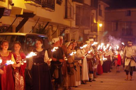 El grupo de teatro Los Alvaros y la cena medieval protagonistas ayer en La Alvarada