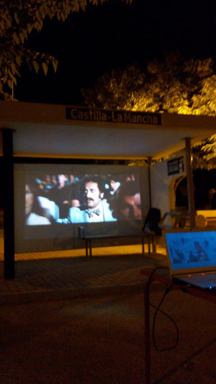 Reivindican el paso del autobús por Monreal del Llano utilizando la marquesina para proyectar cine de verano