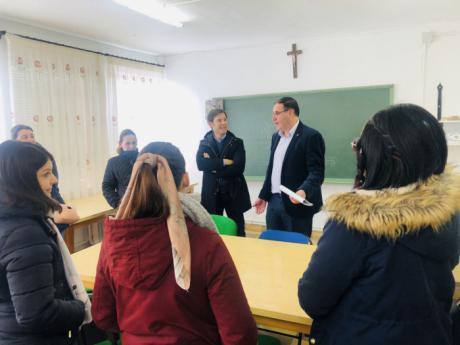 Casas de los Pinos pide a la Junta que reabra su colegio y que asuma los gastos que requiere su puesta a punto