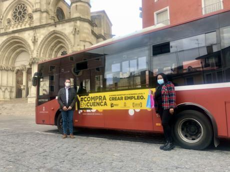 Ayuntamiento y Asociación de Comercio animan a comprar en Cuenca con una campaña en el autobús urbano