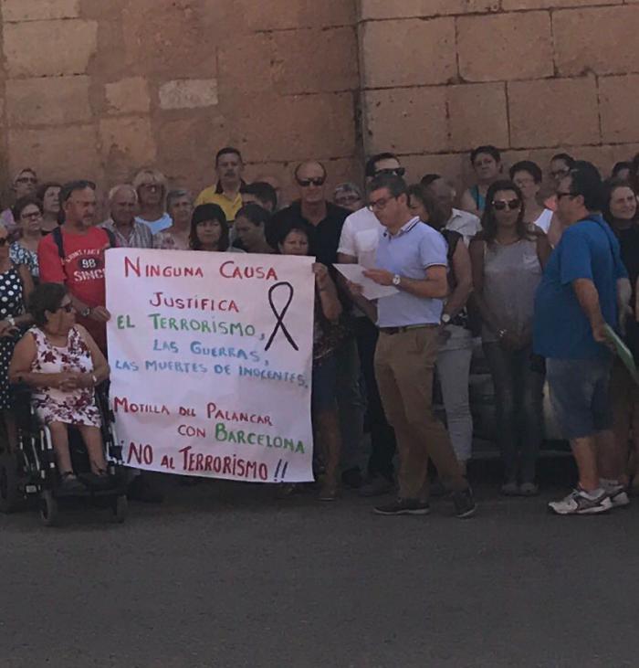 Miembros del PSOE de Cuenca participan en las concentraciones de repulsa a los atentados terroristas en Cataluña