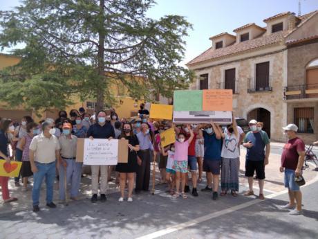 Un centenar de vecinos se concentran en Fuentelespino de Haro para pedir que se restablezca la atención médica en el pueblo