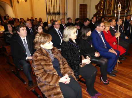 La lluvia no impidió que la Corporación Provincial cumpliera con la tradición de asistir a la Misa del Viernes de Dolores en las Angustias