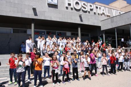 """Un grupo de 70 niños del Colegio """"Hermanos Valdés"""", protagonistas en el """"Virgen de la Luz"""" de la celebración del Día del Niño Hospitalizado"""