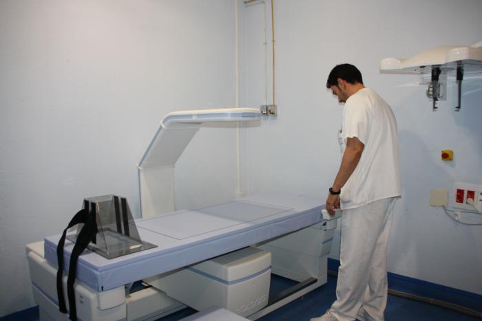 El nuevo densitómetro del servicio de Radiodiagnóstico del Virgen de la Luz comienza a prestar asistencia a los pacientes del área de Salud