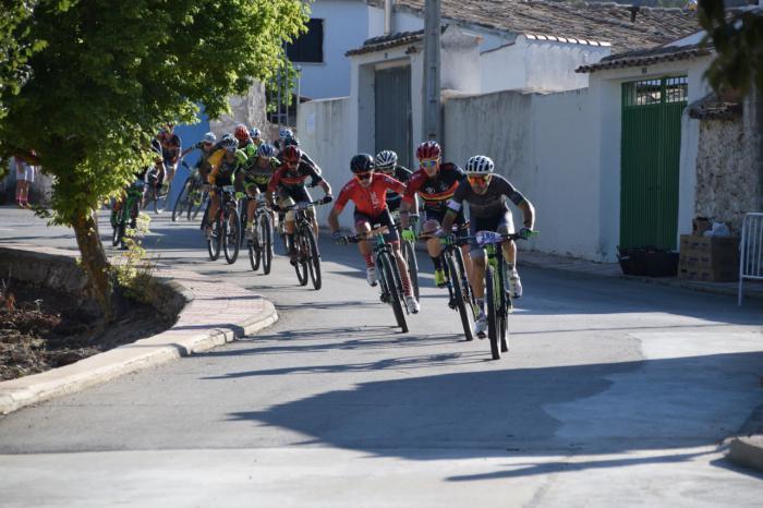 Israel y Carla Fernández dominan en Valdeganga en la undécima prueba del Circuito MTB
