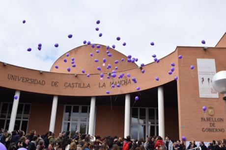Los estudiantes protagonizan una suelta de globos en el Día Internacional de la Mujer