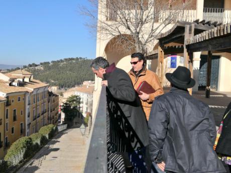 Mariscal comunica al director del CEIP El Carmen el inicio de las obras para alzar las barandillas del patio