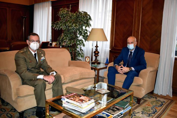 El subdelegado del Gobierno en Cuenca, recibe al coronel Ángel Cantera en su despedida de la Subdelegación de Defensa
